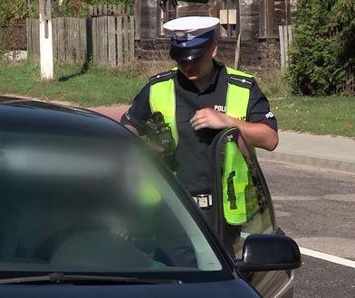 Zwrócił uwagę na sprzęt policjantów. Myślał, że zwrócą mu pieniądze
