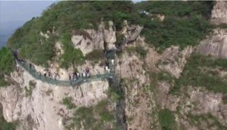 Chiny - szklana kładka w górach Yuntai zamknięta do odwołania