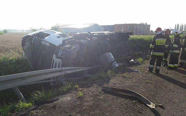 Jedna z ciężarówek, biorących udział w wypadku na drodze S11.