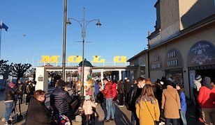 Spacerowicze w drodze na molo w Sopocie w niedzielę 28 lutego