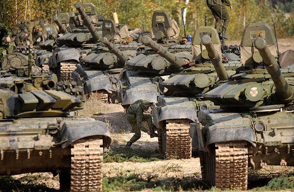 Rosyjskie czołgi w czasie manewrów na Białorusi w 2009 roku
