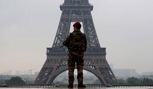 Francuski żołnierz patroluje okolice wieży Eiffela