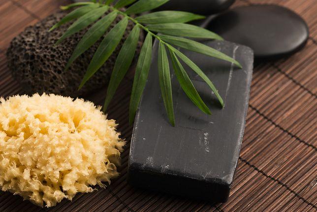 Niecodzienne składniki kosmetyków. Węgiel i srebro na męskiej półce w łazience