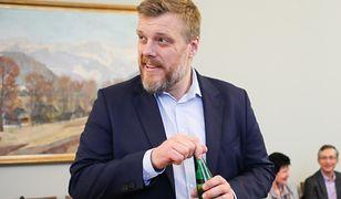 Adrian Zandberg chce obniżyć posłom pensje. Padła kwota