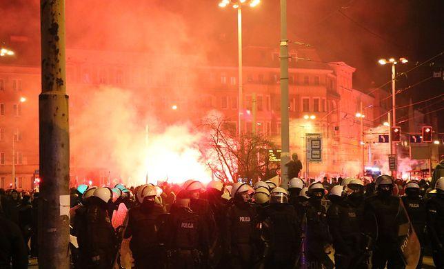 Manifestanci odpalili race, w stronę policji leciały kamienie i butelki, w sumie rannych zostało 5 osób.