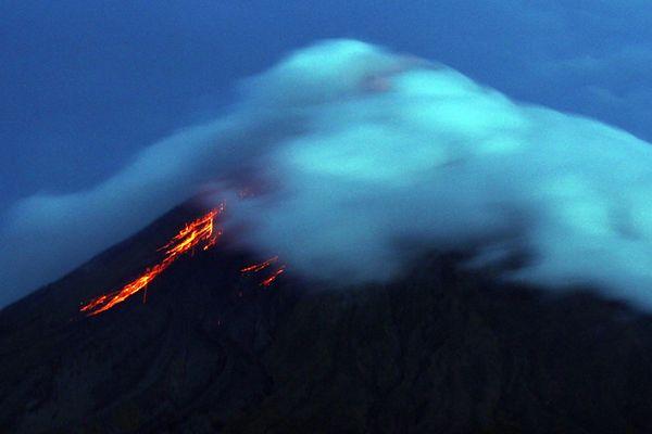 Tysiące ludzi muszą uciekać. Budzi się wulkan Mayon