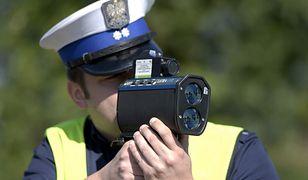 Policjant kontrolujący prędkość.