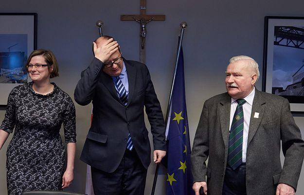 B. prezydent RP Lech Wałęsa ze swoją córką i asystentką Anną Domińską i prezydent Gdańska Paweł Adamowicz w nowym biurze Wałęsy w styczniu 2015 r.