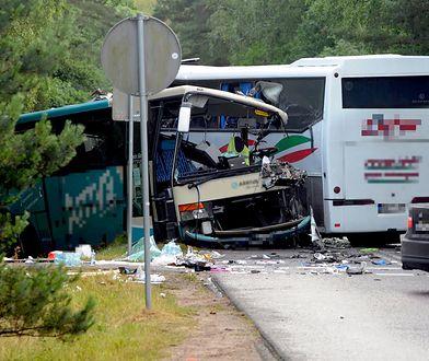 Dźwirzyno, 05.07.2020. 14 osób, w tym dwoje dzieci oraz kierowca zostało rannych po zderzeniu dwóch autobusów i busa w Dźwirzynie k. Kołobrzegu.