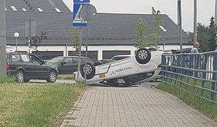 Wrocław. Dachowanie taksówki na Buforowej. Kierowcy nic się nie stało