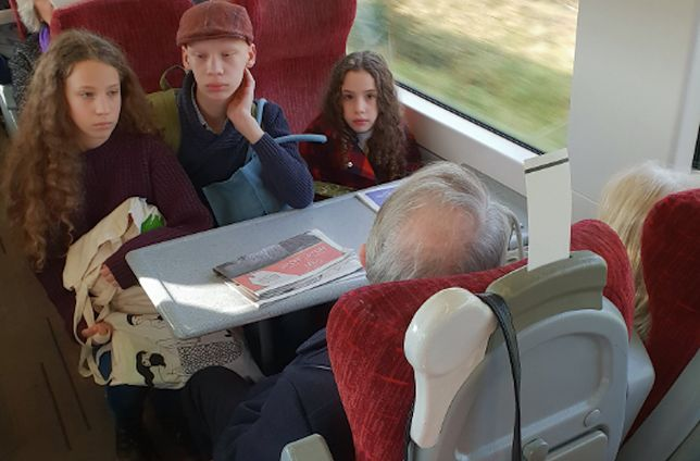 Podróżni, którzy zajęli miejsca ciężarnej kobiety, nie reagowali na komentarze i unikali kontaktu wzrokowego