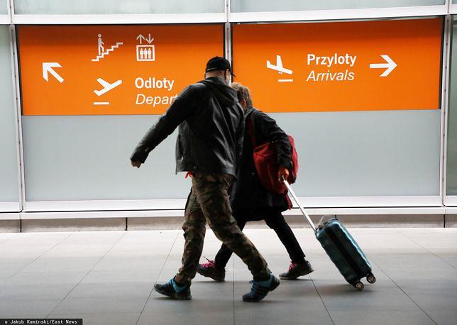 Koronawirus w Polsce. Zamieszanie na lotnisku przez powrót Polaków do domów