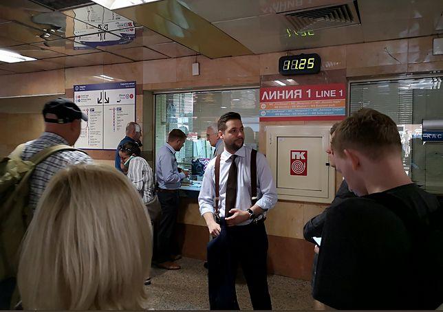Patryk Jaki przed wejściem do sofijskiego metra