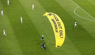 """Euro 2020. Spadochroniarz """"Greenpeace"""" wylądował na stadionie tuż przed meczem Francja-Niemcy"""
