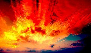 Nietypowy kolor nieba podczas dzisiejszego zmierzchu to efekt saharyjskiego pyłu, który dotarł nad Polskę.
