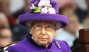 Królowa Elżbieta II rozmawiała z turystami na ulicy. Nie poznali jej