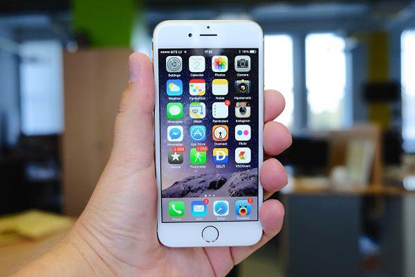 Jedni Apple''a lubią, inni nie. Jedni uważają, że produkuje wysokiej jakości telefony, obsługiwane przez intuicyjny i przyjazny użytkownikowi system operacyjny. Inni twierdzą, że to zdecydowanie zbyt drogie zabawki dla gadżeciarzy, a to samo można mieć od innych producentów w znacznie niższej cenie. Fakty są jednak na razie takie, że iPhone to wciąż jeden z najpopularniejszych smartfonów na świecie, a wersja oznaczona numerem 6 to jedna z najżywiej dyskutowanych nowinek technologicznych tego roku. Nie mogło jej tutaj zabraknąć. Większy od poprzednich iPhone''ów ekran (4,7 cala) powinien ucieszyć wszystkich, dla których dotychczasowe telefony Apple''a były zbyt małe. Tylko jeżeli go kupicie, to uważajcie, żeby za bardzo go nie wygiąć. ;)  Cena: prawdopodobnie około 3 tysięcy złotych (kiedy tylko trafi do sprzedaży)