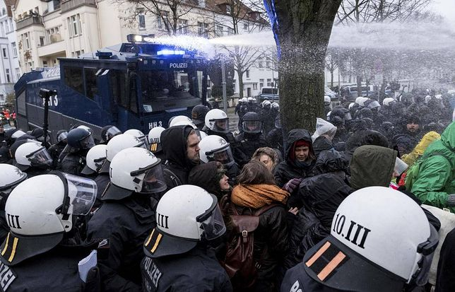 ANTIFA zablokowała kongres prawicowej AfD. Policja użyła siły