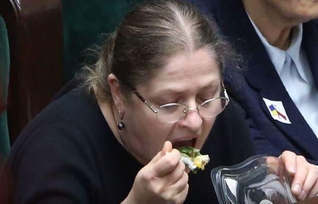 """""""Lubię sałatki i chałwę"""". Tym wpisem Krystyna Pawłowicz przeszła samą siebie"""