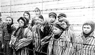 Dzieci w niemieckim obozie koncentracyjnym Auschwitz-Birkenau. Kadr z sowieckiego filmu dokumentującego wyzwolenie obozu