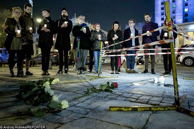 W miejscu, gdzie dokonano aktu samospalenia wieczorem zebrała się grupa osób