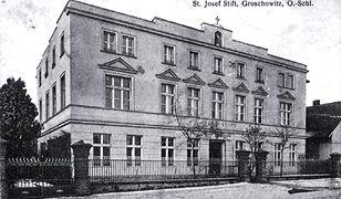 Budynek w Opolu Groszowicach, w którym od 1930 r. mieścił się w nim oddział szpitala św. Wojciecha dla upośledzonych umysłowo
