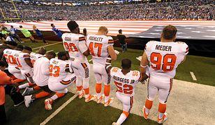 Zawodnicy NFL protestują przeciwko rasizmowi w czasie hymnu USA