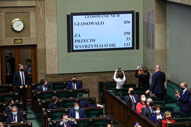"""Sejm ratyfikował Fundusz Odbudowy. """"Gdyby za odrzuceniem głosowała cała opozycja, jutro rząd by upadł"""""""