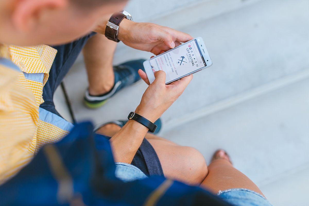 Rozmowy, sms-y, mms-y i internet absolutnie za darmo. Telekomy oszalały, a na wojnie cenowej zyskują tylko klienci