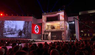 """Plac Piłsudskiego w Warszawie, spektakl """"Wolność we krwi""""."""
