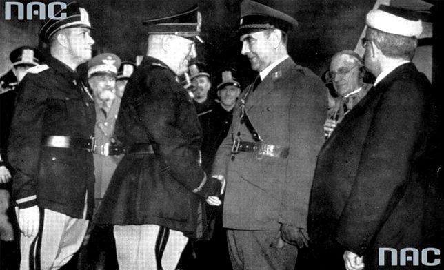 Benito Mussolini (drugi z lewej) wita Ante Pavelicia podczas wizyty w Rzymie w 1941 r.