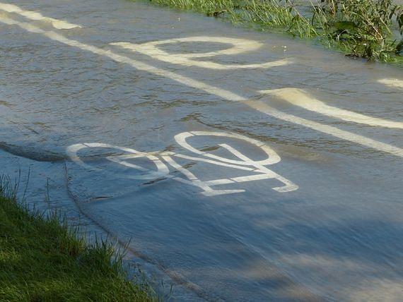 Droga na lotnisko w Warszawie zalana. Sytuacja się pogarsza