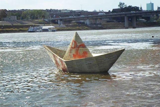 Wandale zniszczyli papierową łódeczkę dryfującą na Wiśle