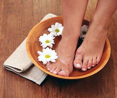 Kąpiele stóp są jednym ze skutecznych zabiegów pielęgnacyjnych na tę część ciała