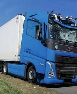 Dramatyczny wypadek na A4. Wpadł prosto w kabinę jadącego TiR-a. Mógł zabić kierowcę