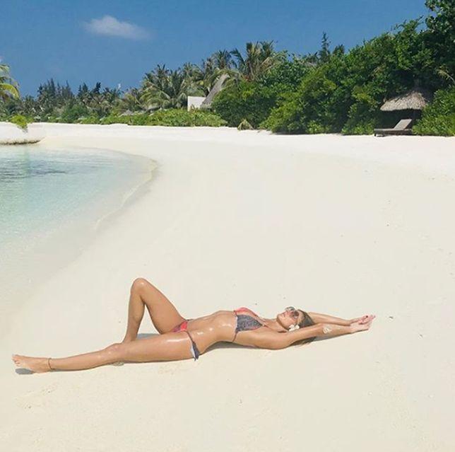 Modelka odpoczywa na Malediwach
