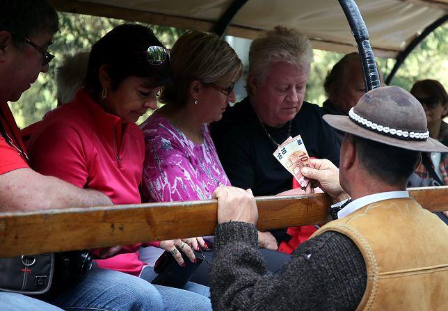 Furmani wozili turystów na Morskie Oko