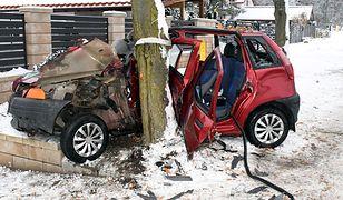 Mazowieckie. Nietrzeźwa i bez prawa jazdy uderzyła w drzewo. Kobieta przewoziła cztery osoby