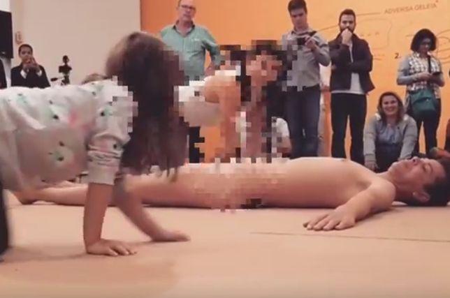 Mama i córka układały ciało mężczyzny.