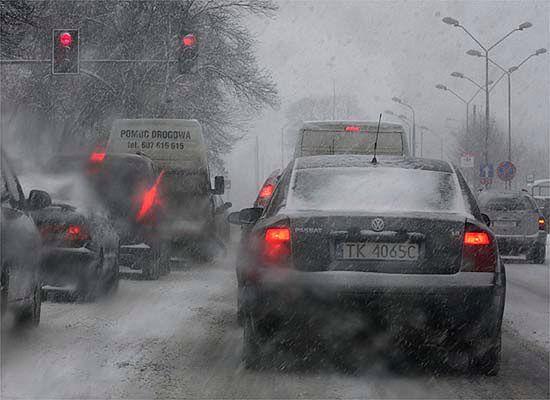 Opady śniegu w całej Polsce; trudne warunki na drogach