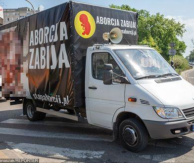 Plakaty antyaborcyjne na ciężarówce