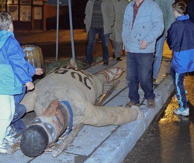 Pruchnik, 13.04.2001. Mieszkańcy zbieraja się w stodole u mistrza ceremonii, szyją kukłę Żyda, a następnie wieszają na latarni