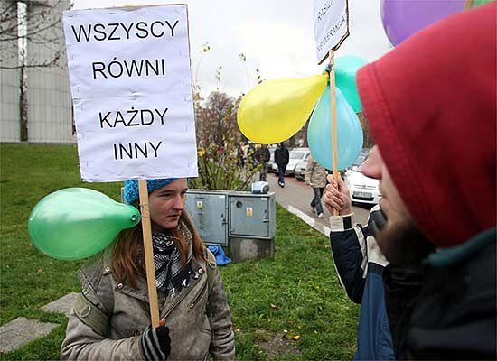"""""""Nie damy się podzielić"""". Marsze antyrasistowskie na ulicach polskich miast"""