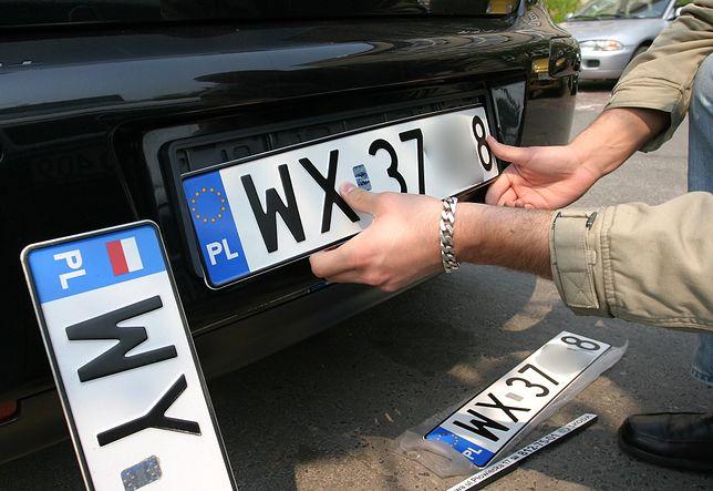 Kupujesz auto z innego powiatu - musisz zapłacić za ponowną rejestrację. Poseł Liroy i Ministerstwo Infrastruktury mówią dość!