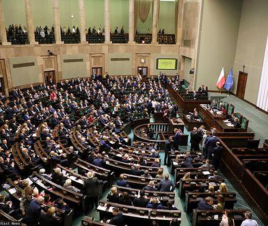 Poparcie dla PiS rośnie. W Sejmie łącznie pięć ugrupowań