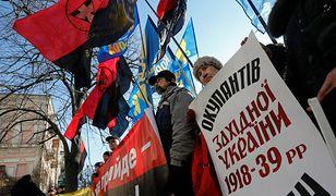 Protestujący nacjonaliści pod polską ambasadą w Kijowie