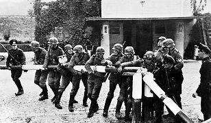 Łamanie szlabanu granicznego przez żołnierzy niemieckiej armii (zdj. arch. z 1.09.1939 r.)