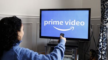 Amazon Prime to nie tylko świetne seriale. Dobrych gier też nie brakuje - PARIS, FRANCE - NOVEMBER 20: In this photo illustration, the Amazon Prime video media service provider's logo is displayed on the screen of a television on November 20, 2019 in Paris, France. Amazon Prime video is a major player in streaming as its competitors, Disney, Netflix, Disney +, HBO and Apple TV. (Photo by Chesnot/Getty Images)