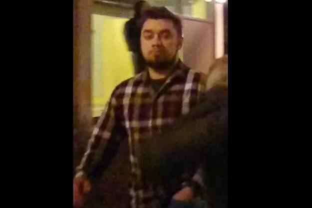 Poznańska policja poszukuje mężczyzny, który w sylwestra ciężko zranił kobietę petardą