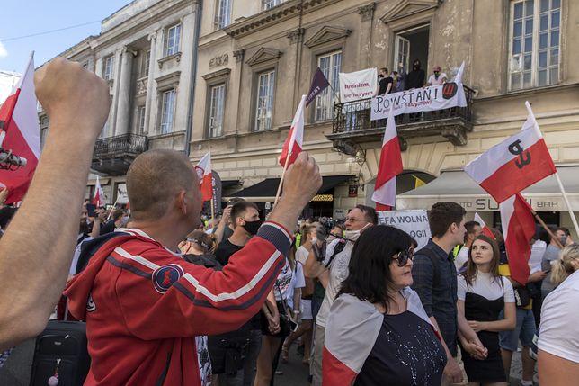 Manifestujący podczas rocznicy Powstania Warszawskiego